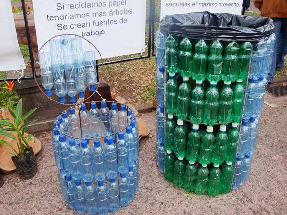 Tachos de basura con botellas de plástico recicladas